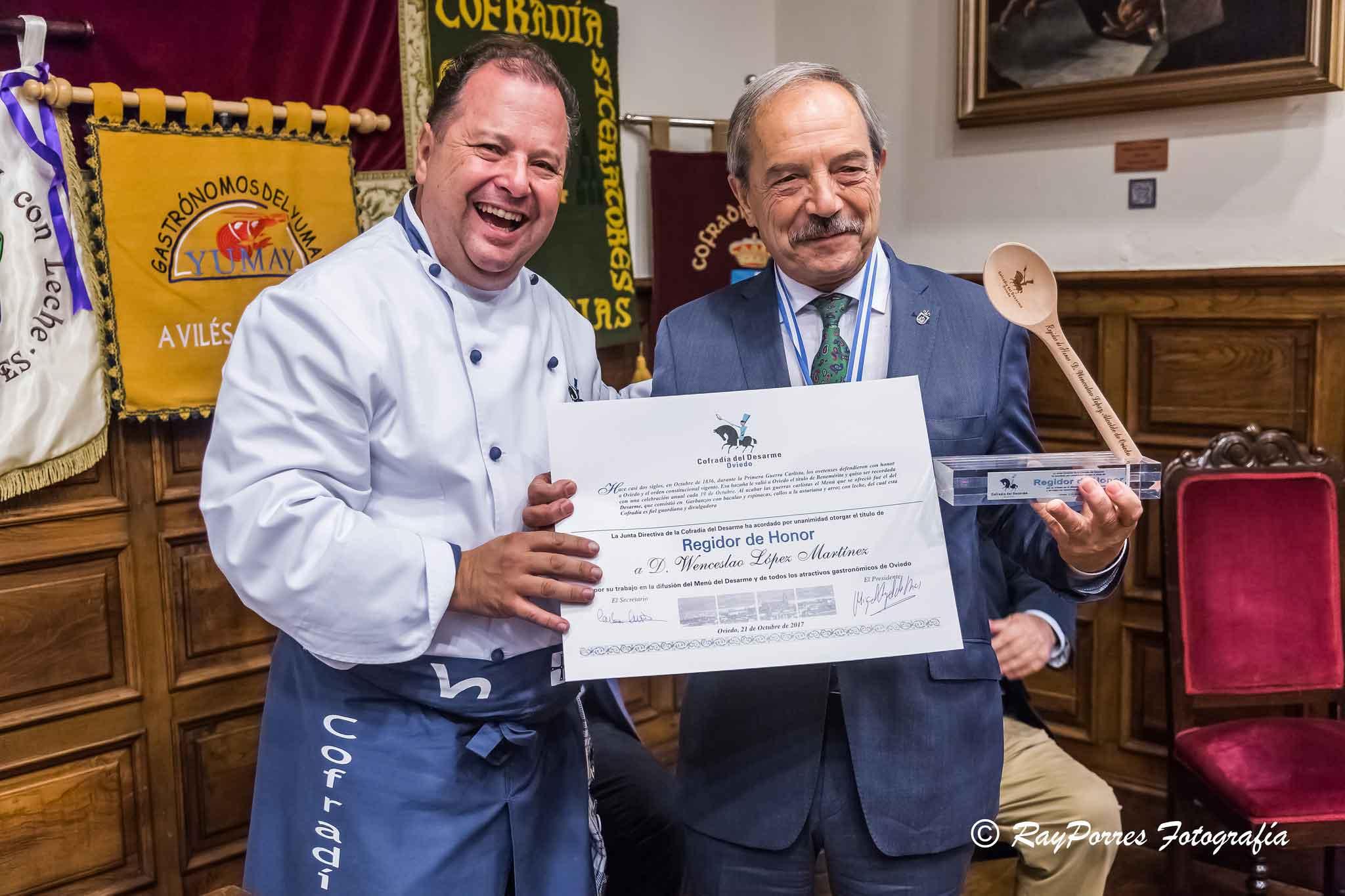alcalde-de-oviedo-regidor-de-honor-de-la-cofradia-edl-desarme